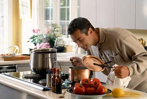 kiz-arkadasina-yemek-yapan-erkek-modeli_284207
